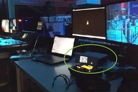 Twitch ve YouTube'a akış için kullanılan Pearl dahil olmak üzere canlı akış etkinliğindeki AV standının fotoğrafı.