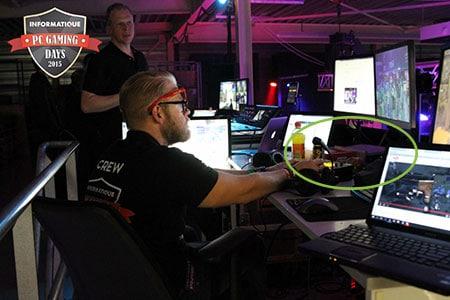 PC Oyun günlerinde AV standının fotoğrafı. Pearl masanın üstündedir, canlı yayını YouTube, Twitch ve yerel TV'lere ve shoutcasters'a aktarmaktadır.